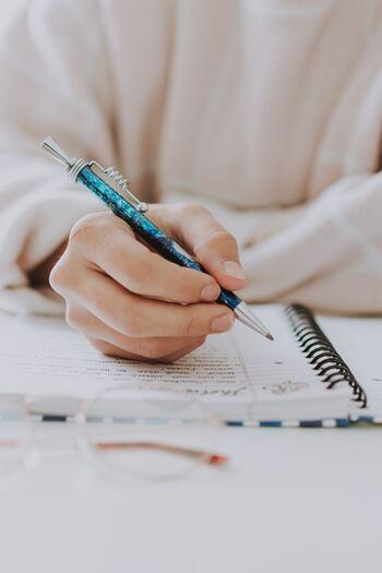 夜寝る前に「自分褒めメモ」をつけてみませんか。ノートや手帳、日記などなんでもOKです。自分に対して厳しい方、過小評価をしがちな方こそ、試す価値があります。「自分褒めメモ」で自分の褒めポイントを「見える化」することで、頑張っている自分を実感できるようになるのです。