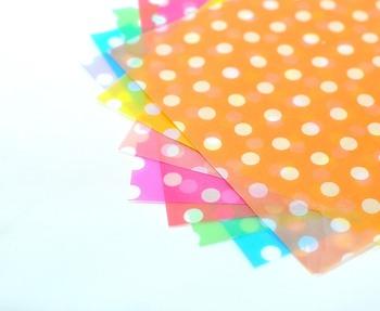 最近の折り紙はカラフルでかわいい柄のものが増えていますので、キュートな折り紙をデコパージュに活用するのもいいですね。100均や雑貨店でお気に入りの柄のキュートな折り紙を探してみてくださいね!