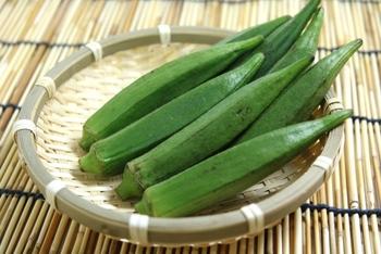 一年を通してスーパーに並んでいるオクラですが、旬は夏。 オクラには胃の粘膜を保護してくれる成分や、カリウム、ナトリウム、ビタミンも含まれていので、食欲不振になりやすい夏に積極的に摂りたい食材のひとつです。