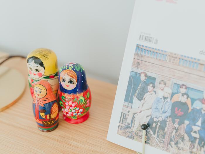 ご自身の寝室には、雑貨と一緒に好きなグループが表紙の雑誌が飾られていました。