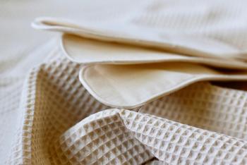 布ナプキンはオーガニックコットンなど肌当たりのやさしさにこだわった素材物や、汚れが付着しにくく耐久性のあるリネン素材の物などを使っています。(製造メーカーさんによって素材は異なります。)
