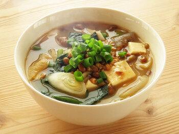 東北の郷土料理でもある納豆汁。お味噌汁に作り方は似ていますが納豆を刻んで味噌と混ぜてから溶かすのが特徴的。油揚げ、お豆腐、きのこ類など具沢山にすると美味しさに深みがでますよ!