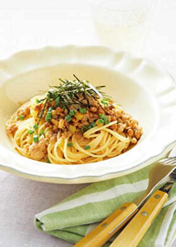 味付けは市販のめんつゆでOKなので誰でも美味しく作れる安心レシピ。たくあんのポリポリとした食感も楽しめる和風パスタは、きざみ海苔をたっぷりかけて♪