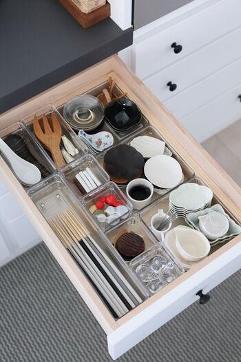 さまざまなサイズの透明の収納ケースを組み合わせて、引き出し内を無駄なくスッキリ収納。小皿もひとまとめにしておくと便利ですね。