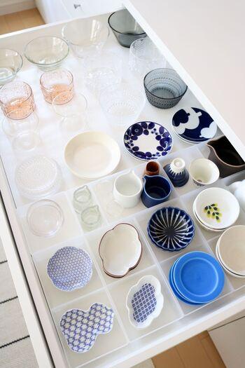 ごちゃごちゃしがちな豆皿を、無印の整理トレーを使って食器棚の引き出しに収納。引き出しを開ければどこに何があるのか一目瞭然で、取り出しやすくしまいやすいですね。