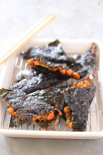 納豆を海苔ではさんで揚げるユニークなレシピ。日頃からストックしている食材や余りものでも、調理方法を変えただけで新しいおいしさを発見できるのも料理の楽しいところ。