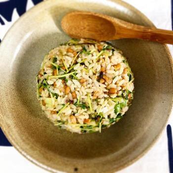 こちらは納豆が苦手な方もトライして頂けるチャーハンレシピ。旨みと食感が楽しめる豆苗はビタミン豊富なので積極的にとり入れたい食材です。自宅で簡単に栽培もできるんですよ!