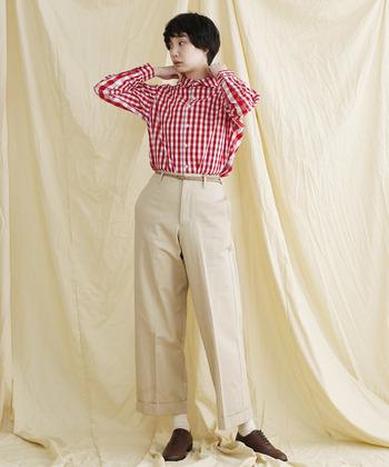 春夏に活躍してくれる『ギンガムチェックシャツ』ですが、秋冬は赤・青などのカラーを取り入れて、ちょっとレトロに着こなしてみませんか?