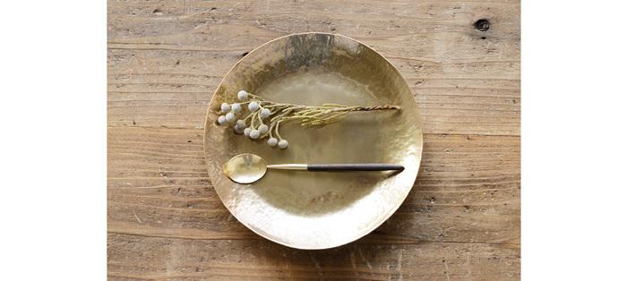 朝鮮では王族が使うものだっという真鍮のカトラリー。木の柄をプラスすることで、やわらかな温もりをアレンジしています。ひとつひとつ手作りされたこちらのスプーンは日本製で質も高く、丁寧に使っていくことで、味わい深い自分だけのスプーンへと変わっていきます。