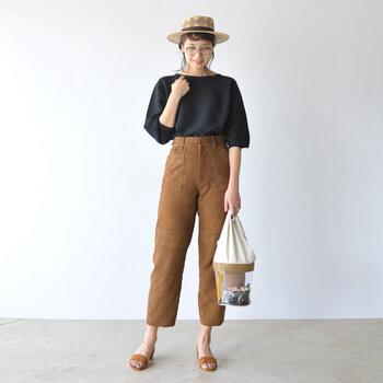 ブラウンベイカーパンツは、黒トップスの大人っぽさをぐっと引き立ててくれます。足首がチラリと見えることで女性らしい印象も感じられますね。さらにサンダル合わせで春夏らしい程良い肌見せを。