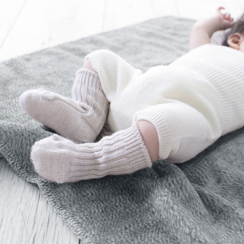 子供も一緒に靴下を履いて快適に♪靴下の内側がお肌に優しいシルク素材、外側はウール素材なので、一枚で重ね履きと同じぬくもりが。