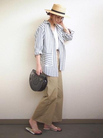 """ゆったりサイズのシャツを軽アウター風に羽織った春~初夏にかけておすすめのコーディネート。プチプラな""""GU""""のベイカーパンツは、裾が短めでゆったりした形のトレンド感◎のワイドデザインです。"""