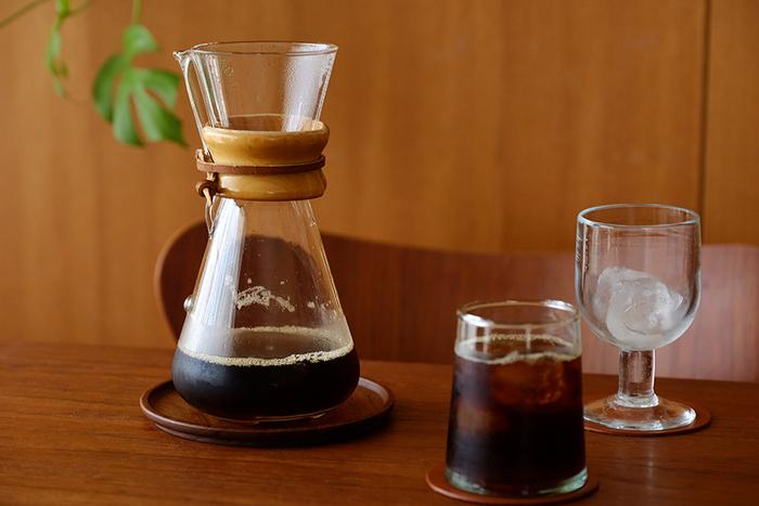コクのある苦みや味わいが出せるように、ホットコーヒーを淹れる時よりも焙煎度が深めのコーヒー豆を選びます。コーヒー液ができたら熱いうちに、フチまでいっぱいに氷をいれたグラスへ一気に注ぎます。時間をかけて温度を下げるとコーヒーが濁ってしまう場合があるので、透明度の高いコーヒーを楽しむために一気に冷やすのがポイント。