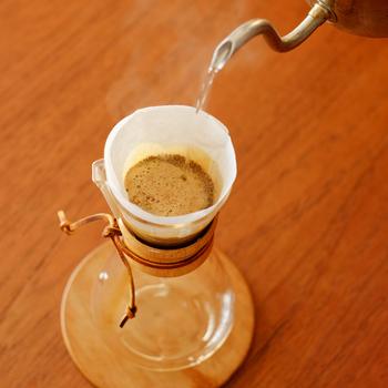 基本の手順はホットコーヒーを淹れる過程と同じですが、使う豆の焙煎度や量、お湯の分量に注意しましょう。あとで氷を入れることを考えて、一杯分あたりのコーヒー豆の量は12~15g、注ぐお湯を合計140cc程度にして濃いめに抽出するとよいでしょう。
