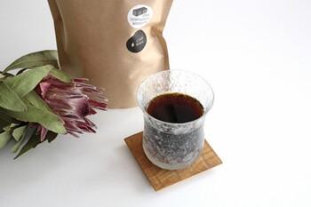 そんなコーヒーの質にこだわりぬいた「27 COFFEE ROASTERS」がプロデュースする水出しコーヒーは、えぐみや雑味のない、すっきりした後味が特徴です。作り方はとっても簡単、800mlの水にパックを入れ、冷蔵庫で12時間程度寝かせるだけ。お手軽に本格的なアイスコーヒーが楽しめます。