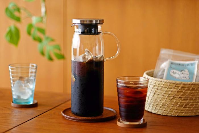 耐熱ガラス製のテーブルウェア製品を発表している草分け的ブランド「iwaki(イワキ)」。耐熱ガラスのジャグは従来のガラス製品に比べて熱に強いので、温かい飲み物を冷まさず入れることができ、そのまま冷蔵庫に入れれば冷たい飲み物も楽しめます。1Lと大容量なので、紅茶やコーヒーを一度にたくさん作って保存するのに便利です。