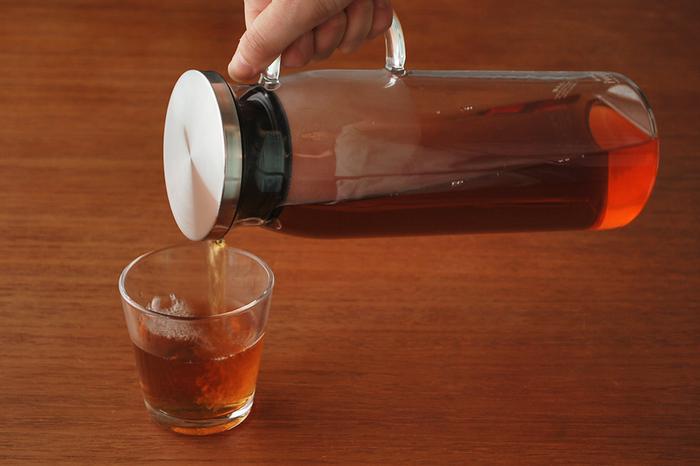 飲み物を注ぐときに便利な取っ手付きのデザイン、冷蔵庫のドアポケットにちょうどおさまるサイズ感など、使い勝手よく考えられています。ガラスとステンレスを組み合わせたスタイリッシュなデザインで、食卓を上品に演出してくれます。