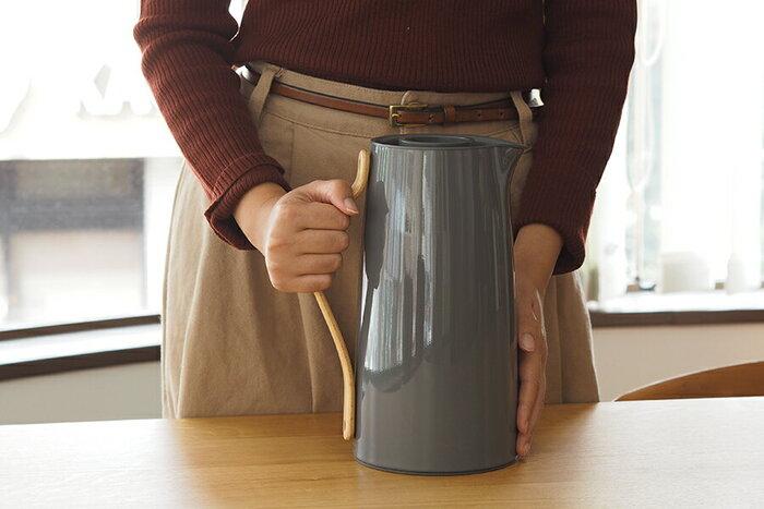 コーヒーだけでなくお湯を入れて保温しておいたり、保冷力も高いのでアイスコーヒーやアイスティーも楽しめます。ステンレス製なので保温性も高く、40度以上だと約24時間、70度以上だと約6時間程度、温かさが持続します。