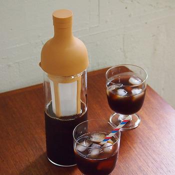 理化学用硝子器具の製造・販売メーカーとして1921年に創業し、国内工場で加工から組み立てまでひとつひとつ丁寧に耐熱ガラスの製品を作り上げている「HARIO(ハリオ)」。 便利なストレーナー付きの水出しコーヒー用のボトルはもちろん耐熱仕様。