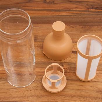 キャップなどの上部は滑りにくく、熱くなりにくいシリコーン製。パーツは全てバラバラにして丸洗いができるから、お手入れも簡単。ストレーナーにコーヒー粉を入れてセットし、水をゆっくりと注いで冷蔵庫で約8時間ほど寝かせると、美味しい水出しコーヒーの完成です。