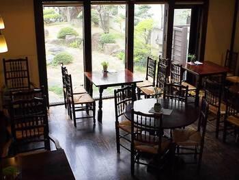 店内は松本民芸家具が並ぶ憩いの空間。ゆったりと日本庭園を眺めながら過ごせます。