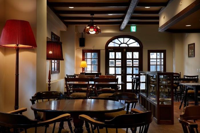 店内は松本民芸家具でそろえられたレトロな雰囲気。とても落ち着く空間です。ホテル併設なので比較的混雑することなく、時間帯を調整すれば、のんびりくつろげます。