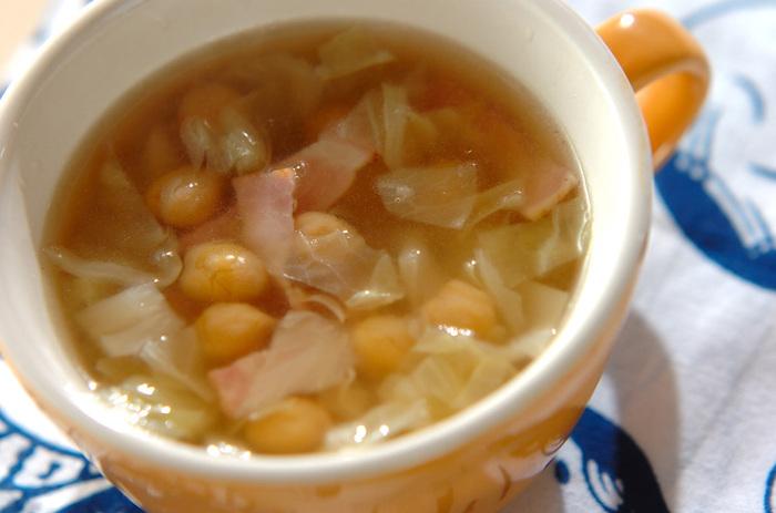 食べればほっこりと温まる、ヒヨコ豆とキャベツのスープ。たったの10分で作れる時短レシピですが、たんぱく質だけでなく食物繊維なども摂れる栄養満点のスープです。