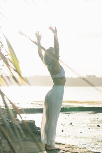"""いつだって常に良い姿勢でいよう!とすべてのシーンで姿勢改善を図るのはすこし難しいですが、ふと気が付いた時に背後で手を組んでギューッと伸ばしたり、肩周辺を動かすストレッチをしたり""""胸を開く""""意識を持ってみましょう。"""