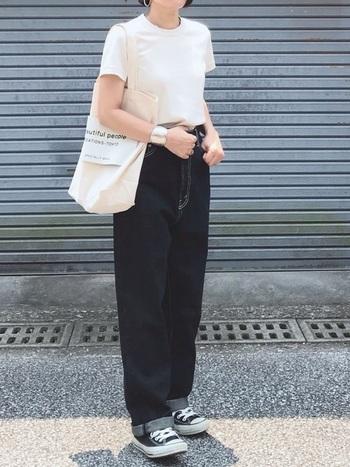 シンプルに白Tと黒パンツを合わせたい、というときは小物に頼りましょう。シルバーのごつめアクセは、今年らしく、かつ一つ身に着けるだけで洗練された雰囲気を演出してくれます。