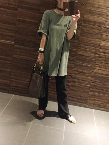 ずっとハイウエスト&ウエストインが流行ってきた中で、最近トレンドになっているのが長めのトップス。スキニーでもかっこよく決まりますが、少し裾が広がったパンツと合わせるとよりトレンドライクになりますよ。
