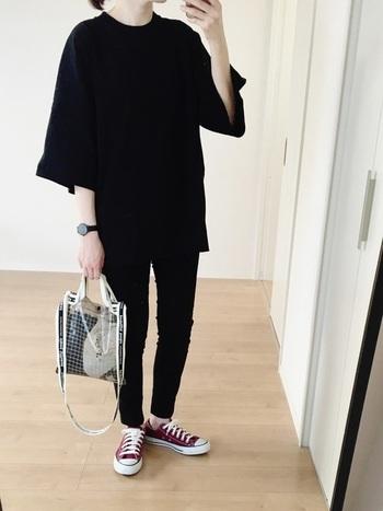 シンプルでもスタイリッシュに決まるのがオールブラックの嬉しいところ。クリアバッグで、夏らしく涼し気な雰囲気もプラスして。