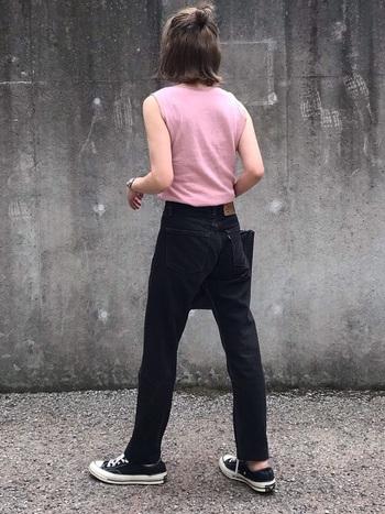 ハイウエストのストレートパンツは、トレンドシルエットの中でも使いやすいのでおすすめ。足を長くまっすぐに見せてくれます。