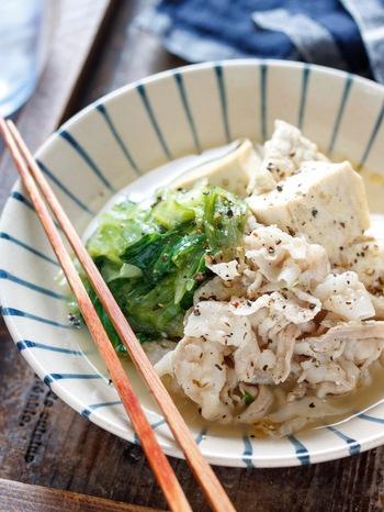 こちらは、塩だれ風の肉豆腐。ちょっぴりにんにくのきいたあっさりな味わいで、鍋で煮るだけの簡単レシピです。レタスを最後にちぎって入れて彩りもプラス。
