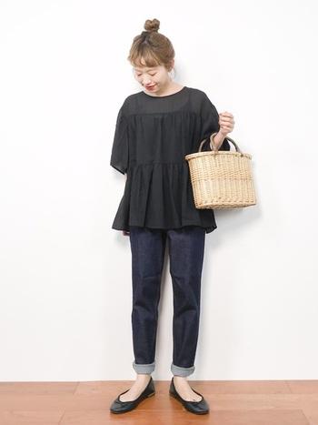 ガーリーなアイテムを選べば、女性らしい雰囲気のオールブラックコーデも可能です。足の甲をしっかり見せることで抜け感を。