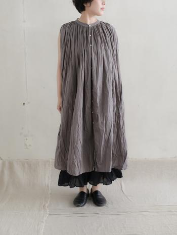近年はやりのワンピース&ビッグTからのチラ見せ技。いつもとは違う表情の黒スカートが見れるはずです。上のコーデでは、スカートとワンピースの素材感を活かして暗めトーンでも軽やかに仕上げています。