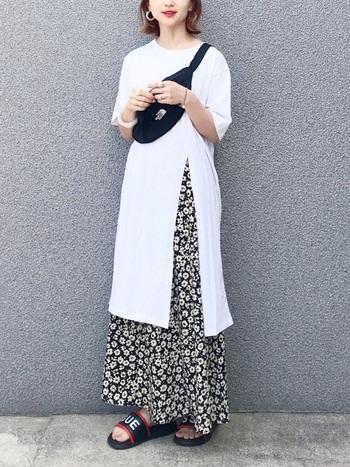 柄スカートをスリットと裾から見せることで一工夫。カジュアルなアイテムでまとめても、女性らしく着こなせます。