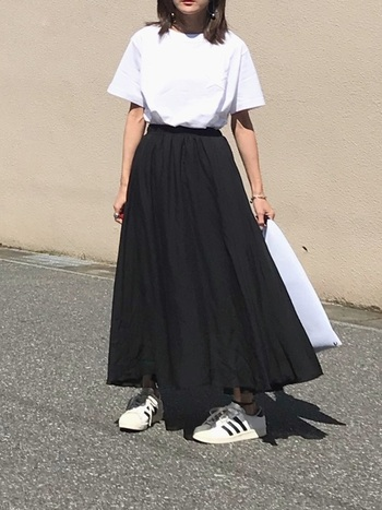 布を豊富に使うことでふわっと広がるシルエットを実現したフレアスカート。他のアイテムはシンプルにして、スカートを引き立てましょう。