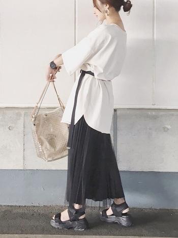 ベルトでトップスをたくし上げることで、スカートが見える面積を調整できます。ベルトを長くたらして縦のラインを作っているのもポイントです。