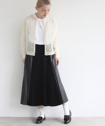 異素材と幅の異なるプリーツで、角度によって全く表情を変えるスカート。スカートを主役にしたモノトーンコーデで、品よくまとまっています。