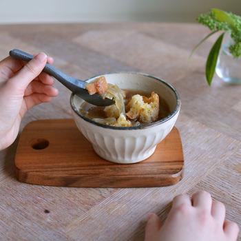 毎日の食卓に、「ボウル」は取り入れていますか?ボウルはサラダやおかず、ときにはちょっとした丼ものの器として使えます。そのほかにもスープの器にしたり、シリアルやフルーツでデザートボウルとして使ったり。マルチに使える万能アイテムです。 使い勝手抜群のボウル、お気に入りを手に入れて愛用したいもの。今回は、さまざまな素材のボウルをご紹介します。