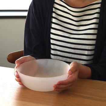 日本屈指のガラスメーカーと言われる、「廣田硝子」。こちらのガラスボウルは、曇りガラスで吹雪を表現しています。器自体には緩やかなカーブを持たせ、柔らかい印象に。まるでガラス細工を見ているような気持ちになる、美しいボウルです。少し大きめサイズのガラスボウルは、素麵や冷麺などの冷たい麺や、サラダの盛り付けにぴったり。涼やかな食卓を演出します。電子レンジや食洗機の使用はできませんので、ご注意を。