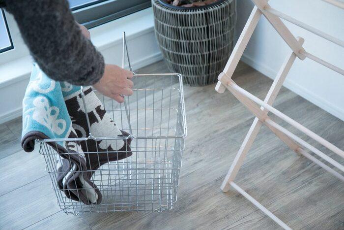 人気が高いクロームメッキの洗濯カゴは、収納カゴとしても使うことができます。
