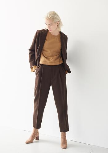 ジャケットにパンツがメンズライクなスーツ。テーパードパンツとヒールのブーツでフェミニンさを少しプラスしています。