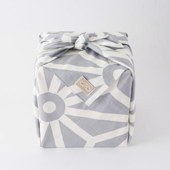お店の紙袋で渡すのもいいけれど、風呂敷に包んで渡すとより心遣いが感じられます。季節に合わせて柄を選べば温もりある手土産に。きれいな状態で手渡すためにも、ぜひ風呂敷を取り入れてみませんか?