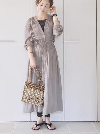 1枚で着ても羽織でも使える万能ワンピ。光沢のある素材感なので、きちんとした雰囲気を出すこともできます。たっぷりとしたシャーリングとVネックが大人ぽいコーデを作り出します。