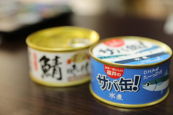 テレビなどのメディアでも度々話題になる「サバ缶」は嬉しいことが盛りだくさん! 生魚と違って1年中安定した価格で手に入りますし、調理済みなので缶を開けたらすぐ食べられるのも魅力的。缶詰のサバは骨ごとやわらかく煮込んであるので、サバの塩焼きでは取り除いてしまう小骨も丸ごと食べられるので栄養面でもメリットがあります。
