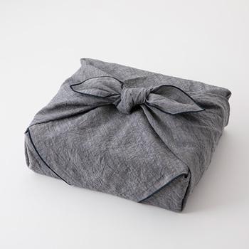 和室の場合、まずは手土産を下座へと置いてからご挨拶をします。包んでいた風呂敷を広げて、一度手土産を自分のほうに向けて置き、確認しましょう。