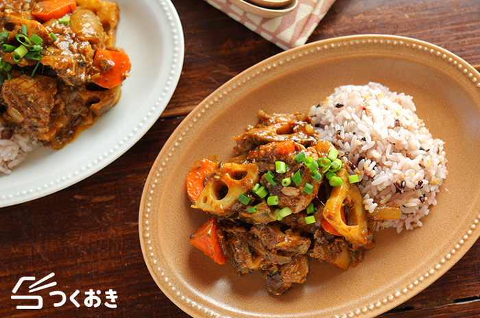 レンコンの歯ごたえも楽しめるサバと根菜カレー。フライパンで炒めながら作れるので煮込み時間も少なくてOK!メインのおかずにしたりご飯と合わせてカレーライスにも◎