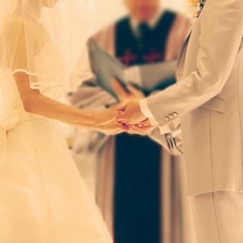 花嫁さんにとって、理想の衣装を纏って結婚式を挙げることは夢なのではないでしょうか。  衣装決めは、試着を何度しておく必要があります。和装、ドレスなど何着か着る予定がある場合は、1度で全てを決めることは難しいためできるだけ早めに試着する機会をつくりましょう。アクセサリーや手袋、靴などの小物も一緒に選ぶことも忘れずに。