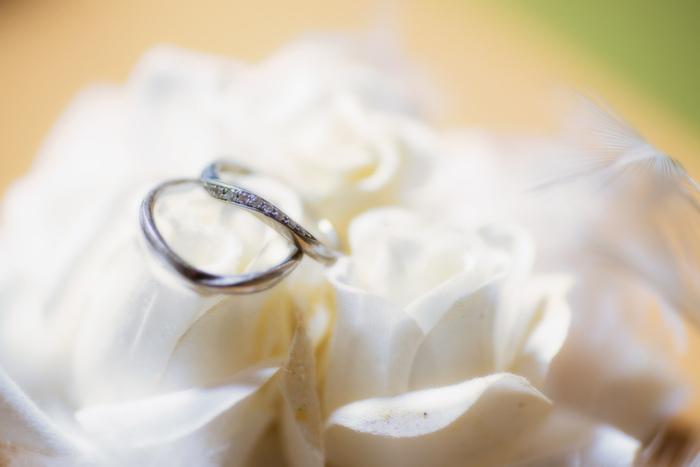 結婚式に結婚指輪の交換を考えている方は、結婚指輪の注文をしておきましょう。フルオーダーしたり、刻印したりなどこだわりがあるなら、時間に余裕を持って。発注から仕上がりまでの期間は、約2~3か月かかると言われています。遅くても3か月前には注文しておきたいですね。